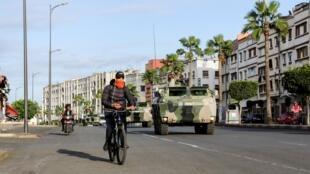 مركبة عسكرية مغربية في شوارع الدار البيضاء ضمن جهود احتواء تفشي فيروس كورونا، 21 مارس/آذار 2020.