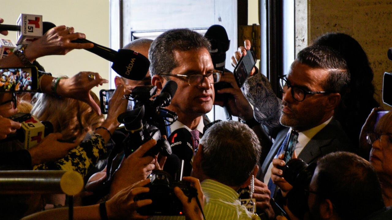 Pedro Pierluisi, rodeado por periodistas durante una sesión especial de la Asamblea Legislativa convocada por el gobernador saliente, Ricardo Rosselló, un día antes de su dimisión, en San Juan, Puerto Rico, el 1 de agosto de 2019.