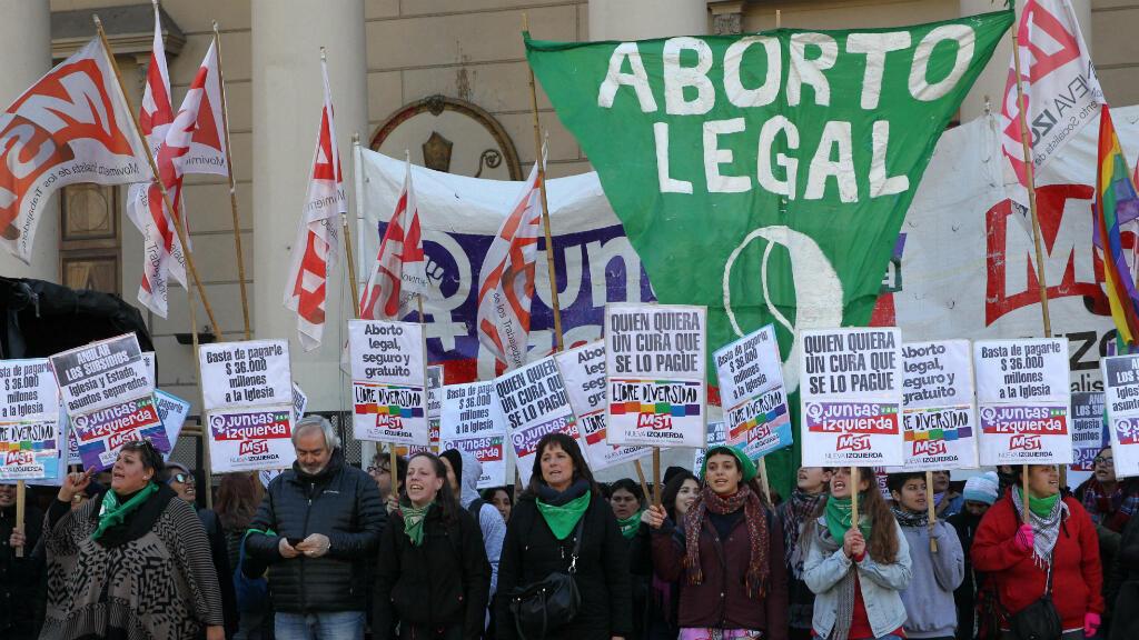 """Decenas de personas participan en un """"pañuelazo"""" verde, emblema de la lucha por la legalización del aborto en Argentina, para pedir la separación de la Iglesia y el Estado, el martes 24 de julio de 2018, en Buenos Aires (Argentina)."""
