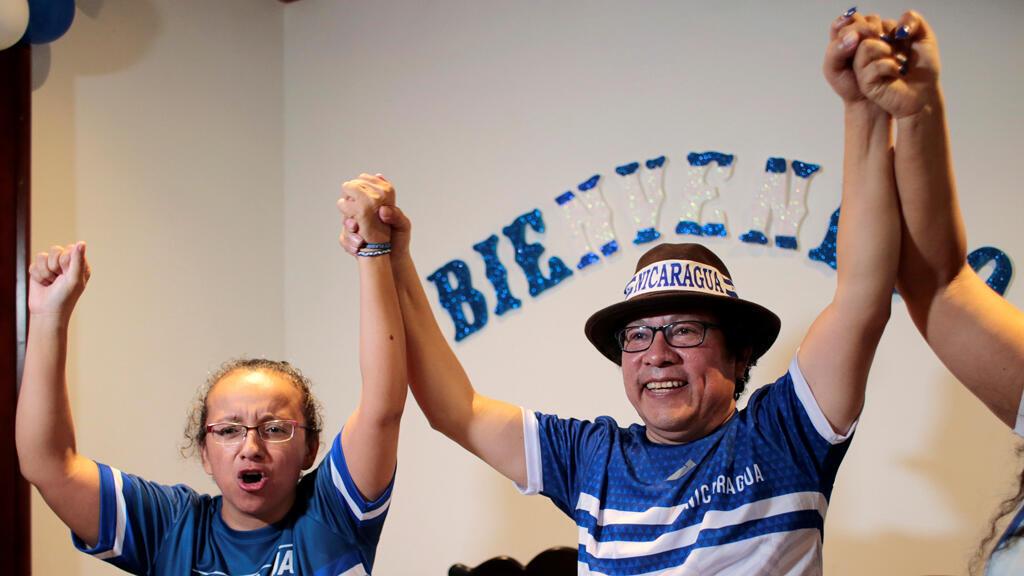 Los periodistas Lucia Pineda Ubau y Miguel Mora, quienes fueron arrestados en diciembre de 2018, celebran luego de ser liberados de prisión, en Managua, Nicaragua , el 11 de junio de 2019.