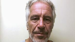 El financiero estadounidense Jeffrey Epstein aparece en una fotografía tomada para el registro de delincuentes sexuales de la División de Servicios de Justicia Criminal del Estado de Nueva York el 28 de marzo de 2017