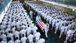 El ataúd del senador John McCain es trasladado desde la Capilla de la Academia Naval de Annapolis hacia el cementerio. 2 de septiembre de 2018.