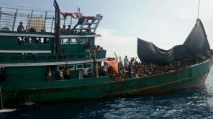 Un bateau transportant des migrants rohingyas au large de la Thaïlande, le 14 mai 2015.