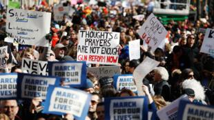 """Los manifestantes levantan letreros durante una manifestación de """"Marcha por Nuestras Vidas"""" exigiendo el control de armas en la ciudad de Nueva York, EE. UU., el 24 de marzo de 2018."""
