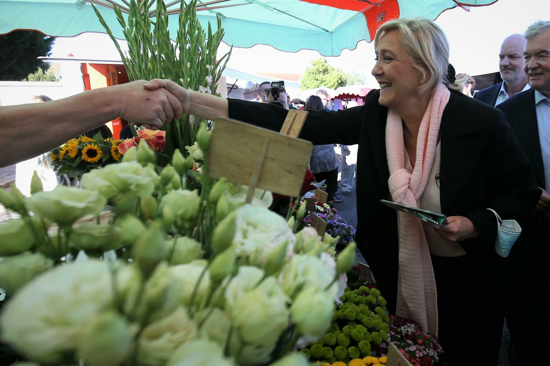 Marine Le Pen (RN), candidate à la présidentielle, sur un marché à Cavignac, le 30 septembre 2021