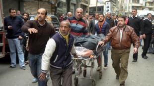 Des fidèles transportant un corps après l'attentat-suicide perpétré  à Alexandrie, le 10 avril 2017.