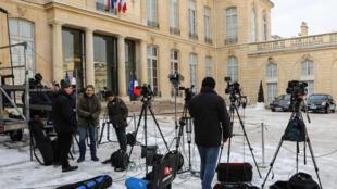 Des journalistes de télévision et des photographes attendent dans la cour de l'Elysée, le 8 février 2018