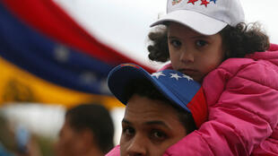 Venezolanos residentes en Colombia protestan frente al consulado de Venezuela en Bogotá, Colombia, el 10 de enero de 2019.