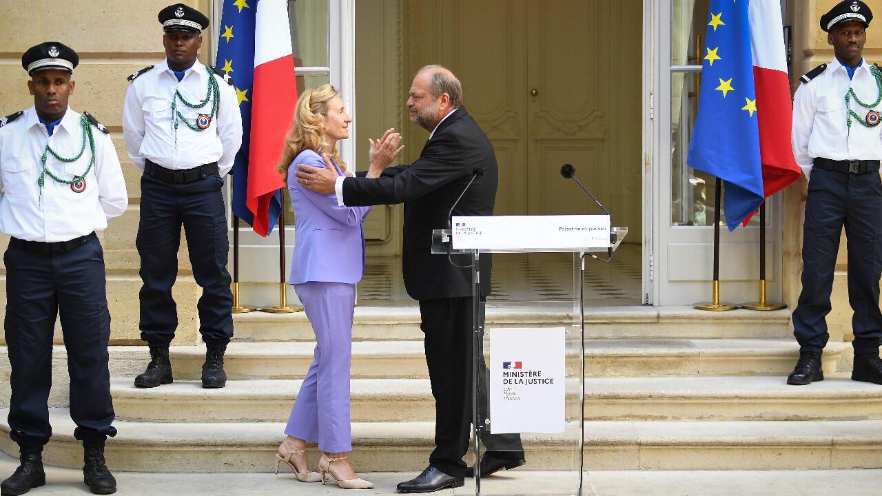 Le nouveau garde des Sceaux Éric Dupond-Moretti lors de sa passation de pouvoir avec Nicole Belloubet, le 7 juillet à Paris.