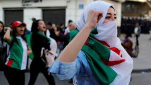 Des milliers de lycéens et étudiants ont à leur tour protesté contre la candidature d'Abdelaziz Bouteflika, dans le centre d'Alger, le 10 mars