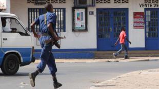 Un policier à Bujumbura, le 2 août 2015.