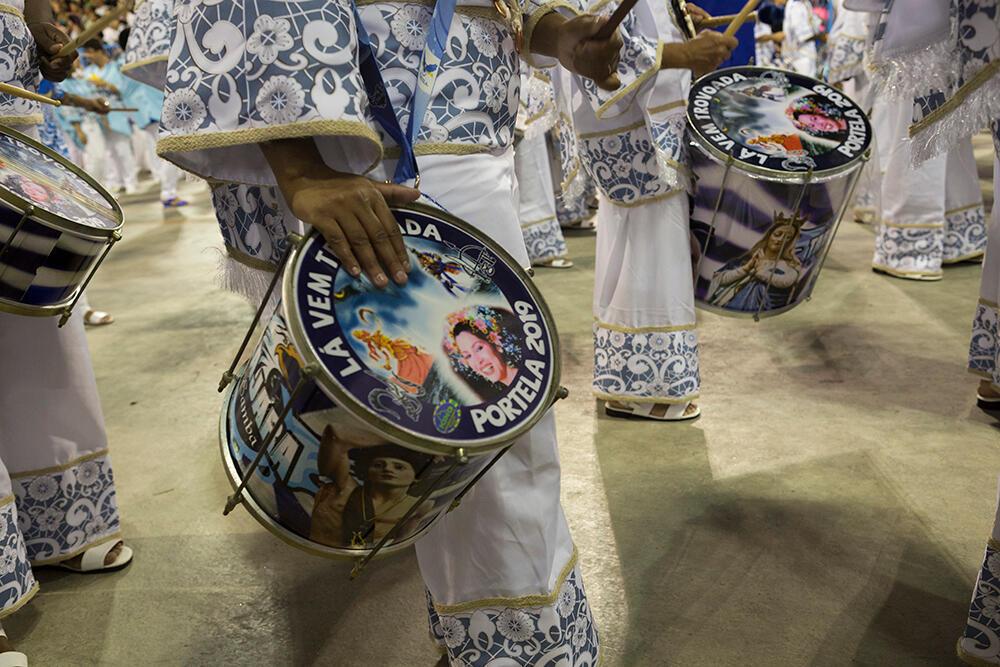 La 'batería' es la orquesta rítmica y el alma de la escuela de samba.  Según el reglamento, tiene que tener un mínimo de 200 percusionistas. Escuela Portela (Carnaval 2019).