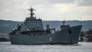 Un navire russe dans le détroit du Bosphore.