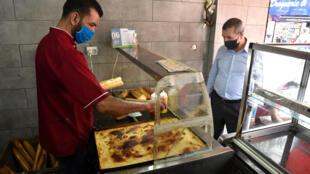 أعيد فتح جزء من المتاجر بالجزائر في 7 يونيو/حزيران في إطار برنامج حكومي للخروج تدريجيا من العزل.