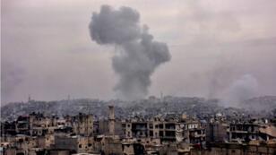 De la fumée s'élève au-dessus d'un des quartiers de la partie est d'Alep, alors que le régime syrien poursuit son avancée, le 5 décembre.