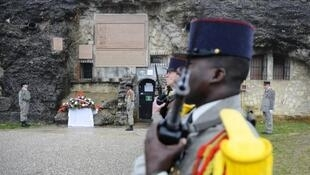 وزير الدفاع الفرنسي جان إيف لودريان يضع باقة ورود أمام المعلم