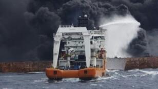 صورة نشرتها وزارة النقل الصينية لناقلة النفط الايرانية المشتعلة.
