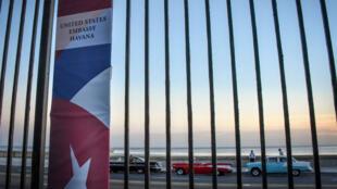 La grille d'enceinte de l'ambassade des États-Unis, à la Havane.