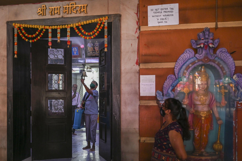 Un empleado limpia un templo hindú en Mumbai el 7 de octubre de 2021, mientras los edificios religiosos se preparan para reabrir después de ser cerrados debido al brote de Covid-19.