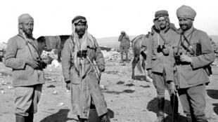 Le capitaine français Pisani et Mouloud Bey, une des grandes figures de l'indépendance du Hedjaz, examinant les positions devant Maan en Jordanie, en mars 1918.