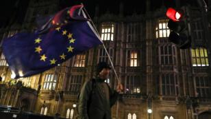 Un partidario anti-Brexit afuera del Parlamento, en Westminster, Londres, Gran Bretaña, el 12 de marzo de 2019.