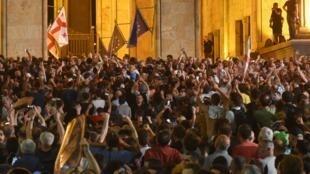 Des manifestants rassemblés devant le Parlement géorgien, jeudi 20 juin 2019 à Tbilissi.