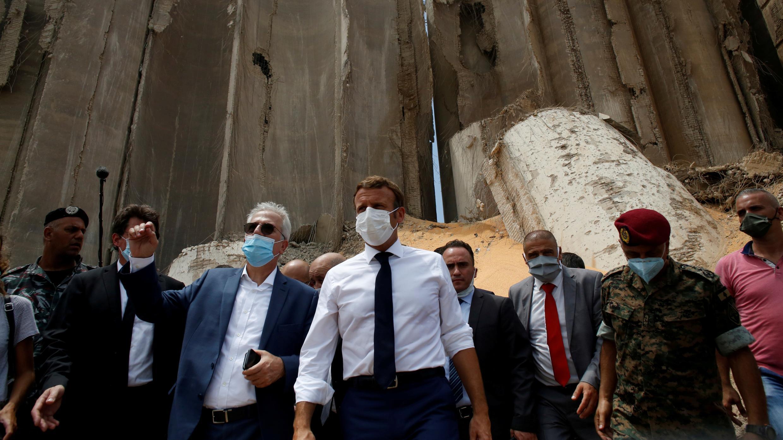 El presidente francés Emmanuel Macron mientras visita el sitio devastado de la explosión en el puerto de Beirut, Líbano, el 6 de agosto de 2020.