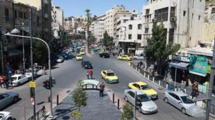 شارع مزدحم في العاصمة الأردنية عمان في 4 نيسان/أبريل 2021