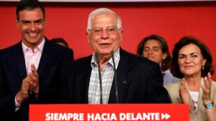El presidente en funciones de España, Pedro Sánchez, felicita al cabeza de lista del PSOE en las elecciones europeas Josep Borrell tras ganar los comicios este 26 de mayo de 2019.