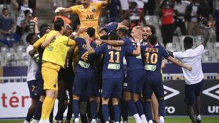 Los jugadores del PSG alzan a su portero, tras vencer en la final de la Copa de la Liga frente al Lyon, en el Estado de Francia, el 31 de julio de 2020.