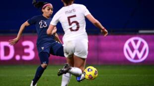 La défenseure Perle Morroni tire et marque le 2e but pour la France lors du match amical contre la Suisse, à Metz, le 20 février 2021