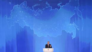 El presidente ruso, Vladimir Putin, se dirige a la Asamblea Federal, incluidos los parlamentarios de la Duma Estatal, los miembros del Consejo de la Federación, los gobernadores regionales y otros altos funcionarios, en Moscú, Rusia, el 1 de marzo de 2018.