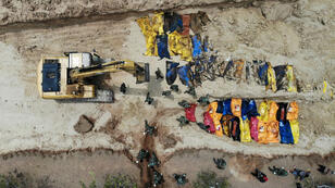 Vue aérienne de militaires enterrant des victimes dans une fosse commune à Poboya le 2 octobre 2018.