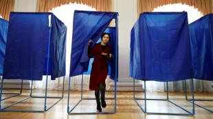 Une femme sort de l'isoloir durant le second tour de l'élection présidentielle ukrainienne, à Kiev, le 21 avril 2019.