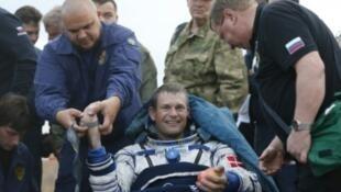رائد الفضاء الروسي غينادي بادالكا لدى هبوطه في كازاخستان في 12 أيلول/سبتمبر 2015