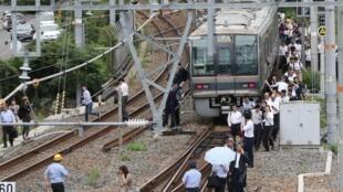 ركاب أحد القطارات يترجلون عنه في هدوء بعد زلزال ضرب أوساكا اليابانية 18 حزيران/يونيو 2018.