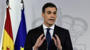 رئيس الحكومة الإسبانية الاشتراكي بيدرو سانشيز أثناء إعلان تشكيلة حكومته