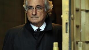 Bernard Madoff deja la Corte Federal de Estados Unidos después de una audiencia, el 14 de enero de 2009 en Nueva York