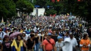 متظاهرون مناهضون للحكومة في مسيرة نحو المحكمة العليا في فنزويلا في آخر تحركاتهم ضد الرئيس نيكولاس مادورو.