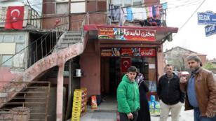 Des réfugiés syriens photographiés devant un magasin aux enseignes arabes dans un quartier de la capitale turque Ankara, le 11avril2017.