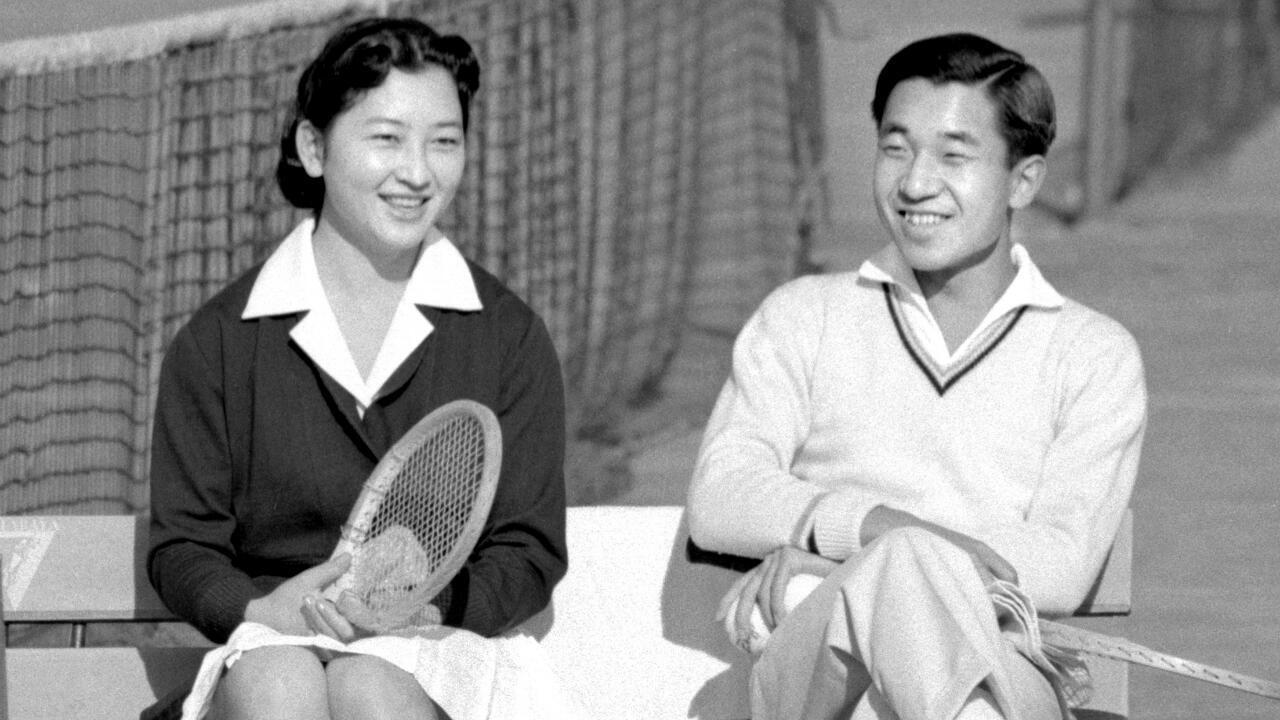 Le prince Akihito et sa fiancée Michiko lors d'un match de tennis à Tokyo, le 6 décembre 1958.