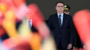 Le président brésilien Jair Bolsonaro assiste à la relève de la garde au palais du Planalto, à Brasilia, le 31juillet2019.