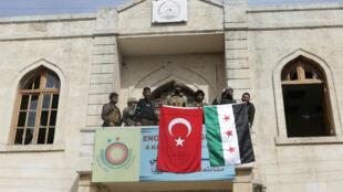 Miembros del Ejército turco y del Ejército Libre Sirio están desplegados en Afrin, 18 de marzo de 2018.