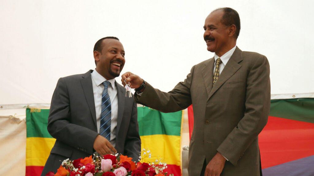 El presidente de Eritrea, Isaias Afwerki, mientras recibía las llaves de la Embajada de ese país en Etiopía por parte del primer ministro etíope, Abiy Ahmed, el 16 de julio de 2018.