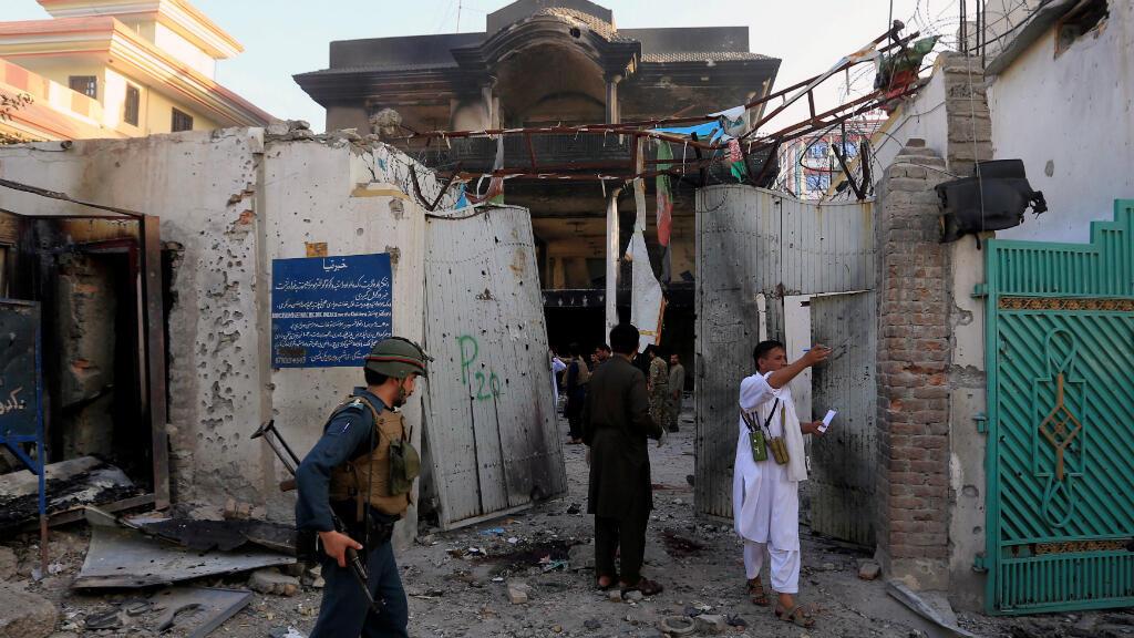 Fuerzas de seguridad afganas inspeccionan la sede del Ministerio de Refugiados en Jalalabad luego del ataque que dejó al menos 18 personas muertas el 31 de julio de 2018.