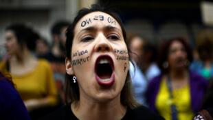 """Une femme proteste contre la condamnation pour """"abus sexuels"""" de cinq hommes accusés de """"viol"""", à Madrid, le 26 avril 2018."""