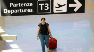 مسافرة ترتدي الكمامة في مطار روما