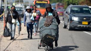 Un migrante venezolano abandona un campamento improvisado en Bogotá, Colombia, el 9 de junio de 2020.