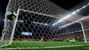Alexis Sánchez de la selección chilena anota el penalti definitivo para Chile ante Colombia en los cuartos de final de la Copa América en el estadio Arena Corinthians, en Sao Paulo, Brasil, el 28 de junio de 2019.