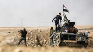 Des membres des forces irakiennes, à 30 kilomètres au sud de Mossoul, le 21 octobre 2016.